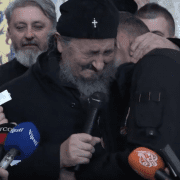 Митрополит Амфилохије одликовао Милоја Шћепановића. Владика Атанасије му честитао уз сузе (ВИДЕО)