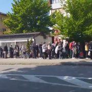Узнемирујућа слика из Бањалуке. Грађани у реду чекају бесплатну храну