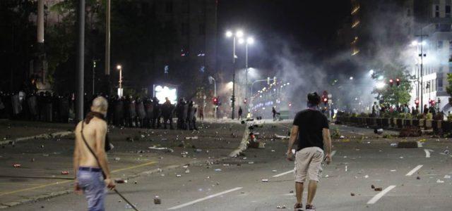 Хаос у Београду. Демонстранти упали у Скупштину Србије након што су најављене нове мјере против вируса корона