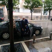 Нови премијер са таксијем на посао