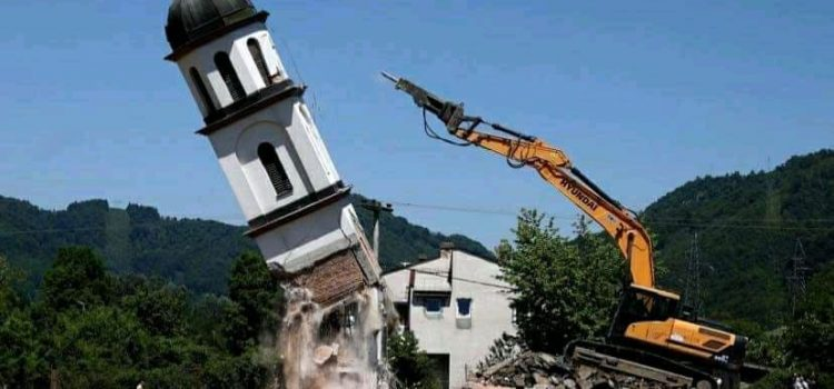 Почело уклањање цркве из дворишта Фате Орловић (ФОТО)